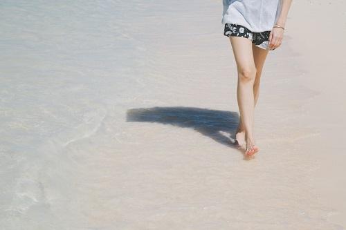 砂浜を歩く私